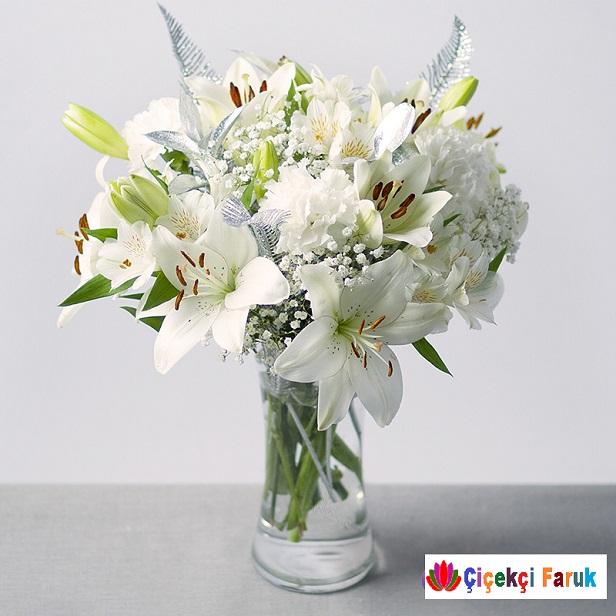 Vazoda Beyaz Lilyum Cipso Arajmanı